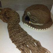 Barna kötött téli kalap sállal