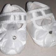 Fehér szatén keresztelő virágos kiscipő